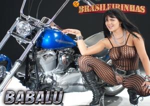 Peituda Babalu com a buceta aberta ao lado da moto